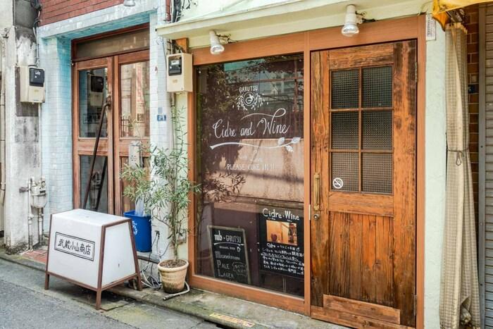 昔ながらのお店の中に、洒落たレストランやコーヒーショップもちらほら。商店街にはよくテレビの取材が来ていたりと賑やかですが、アーケードを抜けると落ち着いた住宅街になっています。