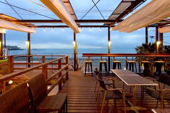 「海沿いの キコリ食堂」は、目の前が材木座海岸!開放的な空間でバーベキューや定食を楽しむことができるレストランです。