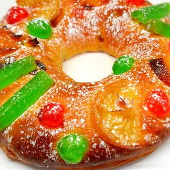 """次にご紹介するのは、クリスマスから翌年の1月6日までの期間に食べられている「ボーロレイ」というお菓子です。ポルトガルでは1月6日は王様の日とされていて、「ボーロレイ」という名前も""""王様のケーキ""""という意味なのだそう◎ドライフルーツをふんだんに使ったパンのようなもので食べ応えがあります*華やかな見た目も可愛いですね。"""