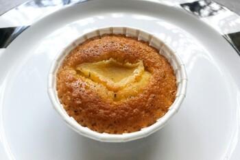 リンゴのマドレーヌは、シロップ漬けしたりんごが入っていて、バターの風味が香るプレーンと香ばしい紅茶の2種類から選ぶことができます。