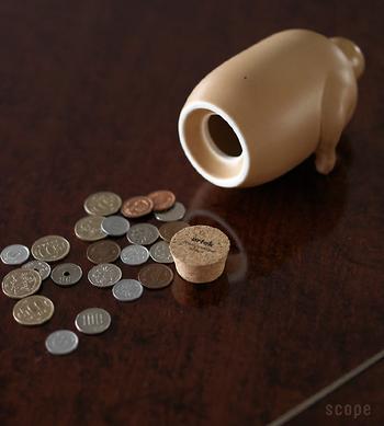 底のコルクを取るとお金を取り出せます。1円玉から500円玉まで貯められますよ。コインの種類を決めて貯めるのも楽しそう!