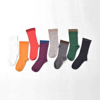 特殊なストレッチ糸を一緒に編みたて、もっちり独特の触感に仕上げた靴下。履き口にはゴムを使用していないため、靴下の跡が気になるという方にもおすすめ。さりげないバイカラーの取り入れ方も上品で、大人コーデに大活躍してくれます。