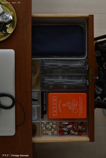 トレーに直接物を収納するだけでなく仕切りとして使い、パスポートケースやクリアケース、メッシュケースやおしゃれな空き缶なども使って収納することで、持ち出して作業しやすくなりますね。