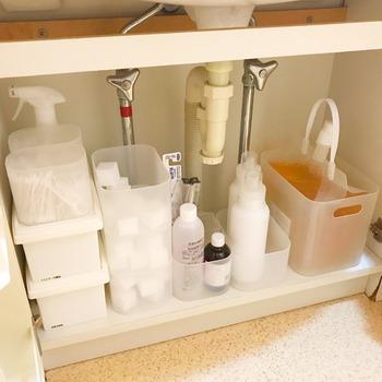 メラミンスポンジや洗剤などお掃除グッズ、お風呂上がりに使用する衛生管理品など、何かと細々した物も多い洗面所の収納も、量に合わせて積み重ねできるボックスで管理。  ミニボックスだから、洗面台下のような小さな空間も有効に活用できます。