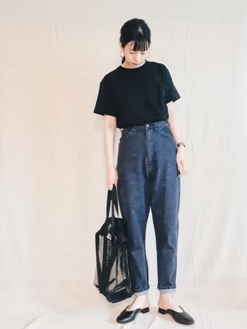黒Tシャツにデニムを合わせた大人っぽくシンプルなカジュアルコーデ。バッグやパンプスも黒でまとめて。シルエットや、肌見せ加減のバランスがおしゃれ見えのカギ!