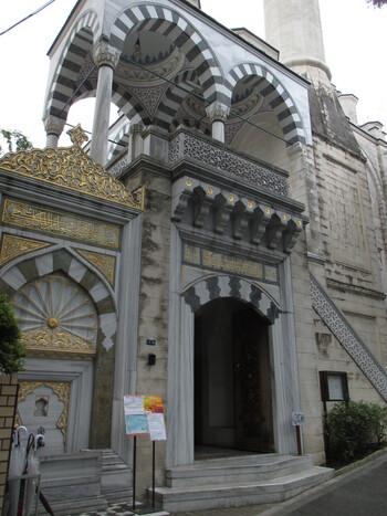 東京ジャーミイ・トルコ文化センターは、代々木上原駅から徒歩5分ほどのところにある日本最大のモスクです。細かな幾何学模様が施され、イスラム建築の美しさと存在感をあらわしています。