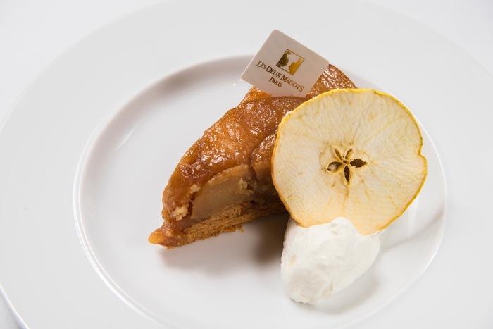 ドゥマゴはヘミングウェイやピカソなどの芸術家にも愛されたとされるパリの有名カフェです。ドゥマゴパリのタルトタタンは、大き目にカットされたリンゴの食感が良く、全体的に甘すぎずにさっぱりといただけるのが特徴です。大人気のタルトタタンは売り切れてしまっていることも多いため、出会えたらぜひ注文してみてください。