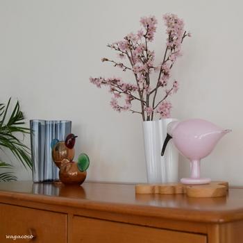 お花を一輪飾るだけでも、おうちの中に春はやってきます。おすすめはピンクの花。ぱっと目に留まり、柔らかい雰囲気が漂って、一気に春気分になりますよ♪こちらのブロガーさんは、白い花瓶に生けています。花瓶の色合いも春らしいもの、お花の色が引き立つものを選ぶと◎となりのピンクの置物もいい仕事をしていますね!