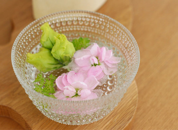 落ちてしまったお花は、こんな風に水を入れたグラスに浮かべるアイディアも! ちょっとした工夫で、無駄なく春を満喫できます。花瓶とはまた違う趣があって素敵ですね。スペースがあまりない玄関やトイレなどに置くと良いでしょう。