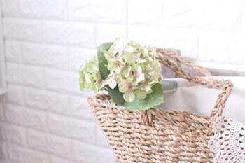 生花は扱いがちょっと難しい、花粉がダメ、なんて時には、フェイクフラワーの出番です! お花見をおうちの中で楽しんでみてくださいね。  こちらのブロガーさんが飾っているのは100均のフェイクフラワーです。花びらの付け根のうっすらピンクが春らしいアイテム。バスケットなどに飾れば雰囲気もアップしますよ♪