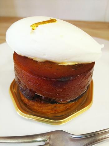 台東区の蔵前と浅草の間あたりにあるパティスリーです。ぽってりした形がかわいらしい「タルトタタン」はリンゴの甘酸っぱさが大変美味しく、上に乗ったさわやかなクリームとの相性も抜群の人気商品です。