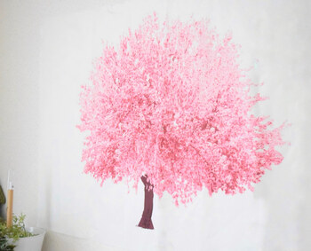 こちらのブロガーさんが壁に掛けたのは、桜のタペストリー!背景が白いので、白い壁に貼ると桜がぱっと引き立ちます。リビングに飾れば、一気にお花見気分がアップしそうですね。マスキングテープと剥がせる両面テープで壁に貼っているのだそう。ささっと手軽にできる春のインテリアです♪