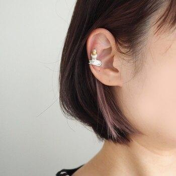 ボタンインコをモチーフに作られた、立体的なデザインのイヤーカフです。耳に触れる部分はラウンド状にして、肌に優しく負担の少ない設計に。よく見るとインコが耳に止まっている、大人の遊び心が楽しめるイヤーアクセサリーです。