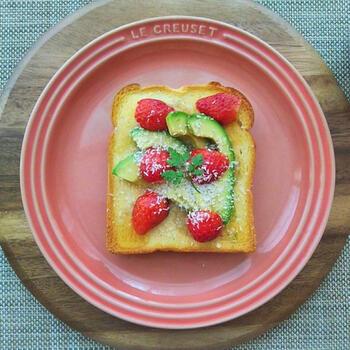 こちらは、アボカドを加熱しない作り方です。トーストしたパンに、アボカドといちごにココナッツファイン、はちみつをかけて完成。栄養満点のフルーツトーストは、ちょっぴり贅沢したい朝食に食べたいですね。