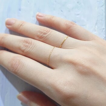 とても細く繊細な、ゴールドのチェーンリングです。1本で付けても上品にキマりますが、重ね付にもおすすめ。女性らしさを高める細身リングは、指をキレイに見せてくれる効果にも期待できます。