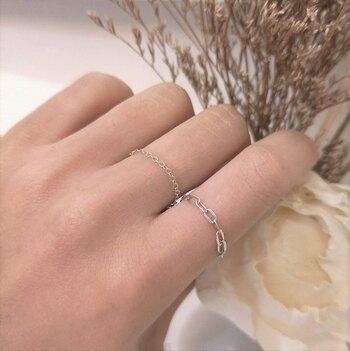 シンプルなシルバーのチェーンリングは、細身タイプと太めタイプを好みで選ぶことができます。もちろん両方揃えて重ね付するのもおすすめ。結婚指輪と組み合わせてもおしゃれにキマります。