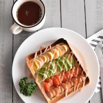うずらの卵、アボカド、ミニトマト、ウインナーをのせたコブサラダ風トースト。マヨネーズとトマトケチャップで作ったオーロラソースをかけて頂きます。見た目もカラフルで元気な1日を過ごせそう。