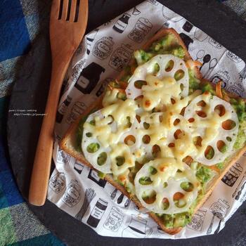 ダイエット中は根菜類をプラスして、野菜たっぷりのアボカドトーストはいかが? マッシュしたアボカドの上に、ニンジンとレンコンをのせたベジトースト。ニンジンとレンコンはレンジで加熱して火を通しておくのがポイントです。