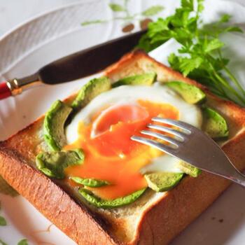 卵との相性もいいアボカド。バターを塗ったパンに、アボカドでサークルを作り、くぼみに卵を落とします。卵は半熟にして、トロットロの黄身と絡めて頂きたいですね。