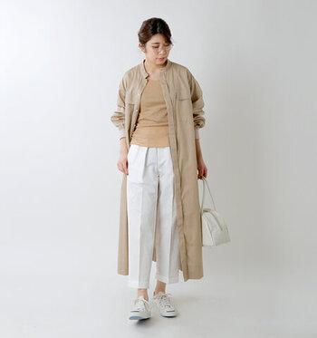 白のセンタープレス入りパンツは、七分丈をチョイスして爽やかなイメージに。ベーシックなベージュのインナーと、色を合わせたシャツワンピースで、きちんと感のあるパンツスタイルを品よくカジュアルダウンしています。