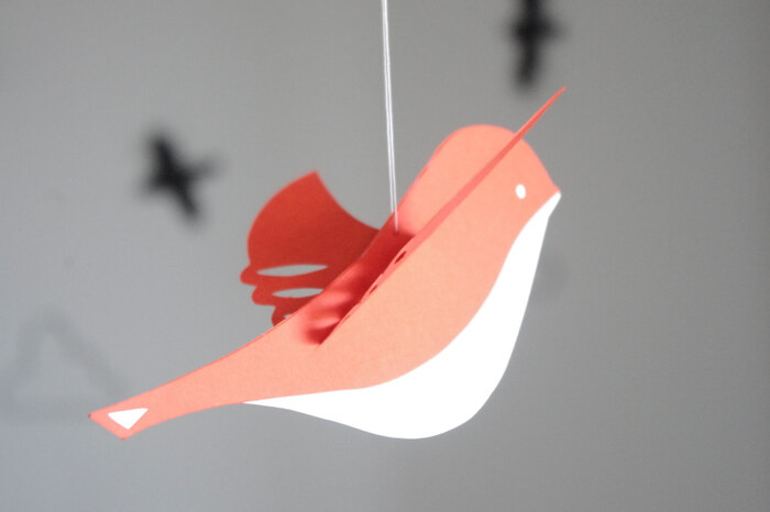 春ならではの小鳥のさえずりをイメージして、バードモビールをお部屋に迎えてみませんか♪画用紙や折り紙などで手作りするのもOK。自由に楽しんでみましょう。