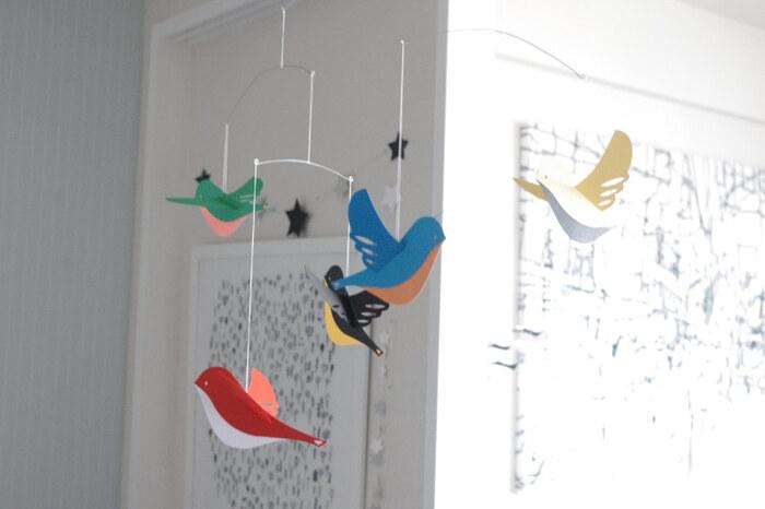 カラフルな小鳥を作って、たくさん吊るせばとっても華やかに♪春のさえずりが聴こえてきそうですね。リビングの一角や玄関など、少し寂しいなと思うところにかけるのも良いですよ。飾ったお花の上に吊るすのも♪
