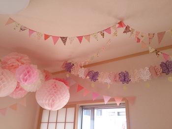 子供部屋には、ピンク色のポンポンを使ったデコレーションもおすすめ。子供と一緒に作れば、作る時間も楽しめますね。  ふんわりした装いがとっても春らしい飾りです。淡いピンクや濃いピンクなど、グラデーションも意識して飾ってみましょう♪こちらのブロガーさんは、既製品を活用しています。作る時間がないときには、100均の便利アイテムをチェックしてみてください。
