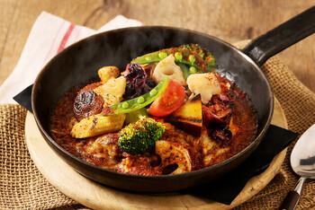 厨房に石窯があり、300度以上の高温で焼き上げた名物「10品目の野菜カレー」の香ばしい香りが食欲をそそります。彩りの良い野菜が見た目にも美しく、焼いたことにより甘さが引き出され、スパイシーなカレーとの相性は抜群です。