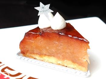 「ASTERISQUE(アステリスク)」は代々木上原にある、国際コンクール受賞経歴のあるパティシエによるお店です。甘酸っぱいりリンゴは口の中でとろけるほどに柔らかく、表面はカリっと焼き上げられています。素材そのものの美味しさが味わえる極上のタルトタタンです。
