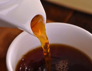 ここからは紅茶のオススメ店をご紹介。まずはスリランカ政府紅茶庁認定の紅茶を厳選して取り扱っている「セイロンドロップ」です。こちらの店主さんはスリランカの紅茶園出身で、日本にも本場の味を届けたいと思い2006年にウェブショップを立ち上げました。水道橋には、紅茶とスリランカカレーを楽しめるお店もあります♪