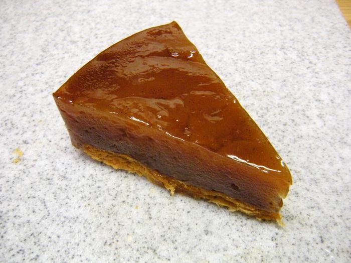 吉祥寺にある人気のパティスリーです。紅玉が出回る時期限定で作られるタルトタタンは、甘酸っぱい紅玉の良さを生かしながらじっくりと煮詰められた舌ざわりのよいスイーツです。生地はパイ生地、表面はツヤツヤにコーティングされた美しいタルトタタンです。