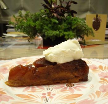 サダハルアオキ パリやパティスリー雪乃下でパティスリー経験のあるシェフが立ち上げたお店です。「パティスリー ジュンウジタ」のタルトタタンはかなり色濃く作られています。これは3時間以上もリンゴを丁寧に煮詰めた姿で、ビターで大人な味に仕上げられています。