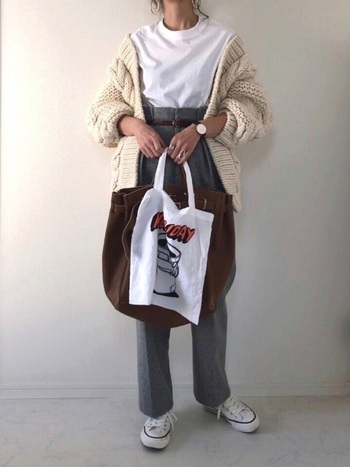 エレガントな大きめのレザートートに、ポップなデザインの布バッグを合わせた大人の遊び心を感じるスタイル。女性らしいアイテムとカジュアルなアイテムのバランスが絶妙!コーディネートにもぴったりマッチしています。