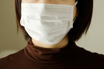 風邪や花粉症の必需品「マスク」の正しいつけ方&メイクのコツ