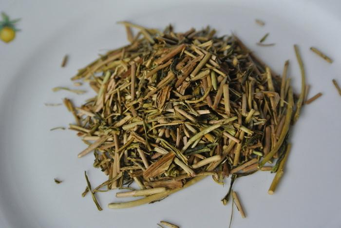 """まずはじめにご紹介するのは、石川県の「丸八製茶場」です。お茶の茎を使ったものを""""棒茶""""と言いますが、丸八製茶場では昭和天皇へ献上する""""最高のほうじ茶""""「献上加賀棒茶」を作ったという歴史を持っています。現在はその「献上加賀棒茶」をはじめ、玄米茶や抹茶なども取り扱っています。"""