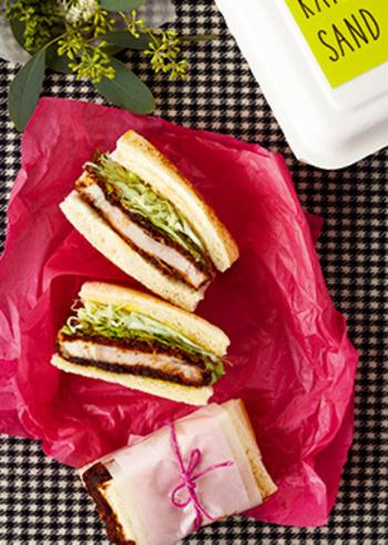 熟成した赤味噌のうまみがパンにしみ込んで、おなかも心も大満足の絶品サンドイッチ。厚切りロース肉ならではのサクッとした歯応えも贅沢感がありますね。キャベツの千切りもベストな相性。