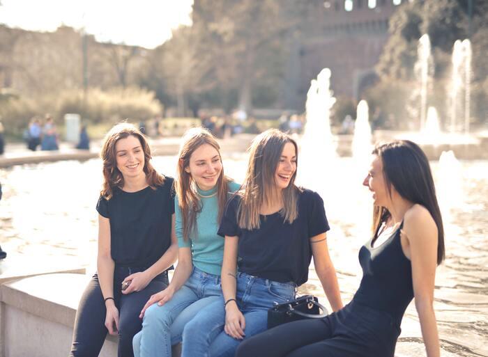 笑顔は柔らかくオープンな印象を与えるため、話しかけやすいイメージがあります。さらに会話中も笑顔でいることで、相手の話に好意的で気持ちをオープンにしていることが伝わりやすくなり、お互い楽しく会話ができるように。 人見知りと感じている人も笑顔を味方につけることで話しかけられやすい印象になり、自然と周りに人が集まってきてお喋りに花が咲く、といった嬉しい効果も期待できそうです。