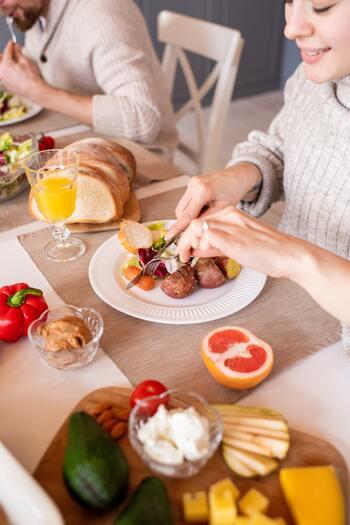 食生活が欧米化することで柔らかい食べ物が増えたせいか、食事中の噛む回数が少なくなりがち。意識的に噛む回数を増やすように心がけましょう。よく噛むことで満腹中枢が刺激され、食べ過ぎの予防にもなりますよ◎