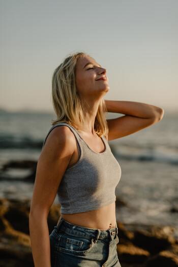 無意識に口呼吸になっている人は、意外と多いかもしれません。口呼吸が癖になると、口元周辺の筋肉が緩みやすく衰えてしまう可能性も。口角が下がる原因にもなりかねないので、意識的に鼻呼吸をする習慣を身に付けましょう。