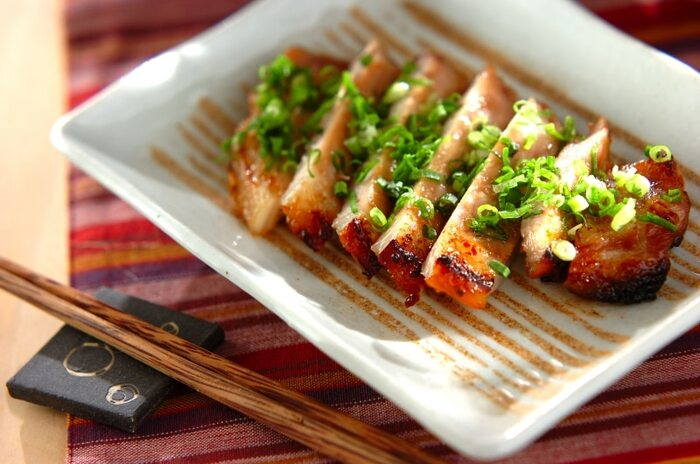 豚ロース肉の筋を切り、合わせ味噌に3時間以上漬け込みます。あとは、常温に戻して、魚焼きグリルで焼くだけ。味噌がこんがりと香ばしく、肉のうまみを引き立てます。