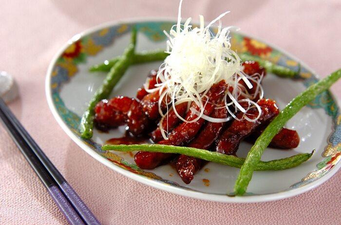 野菜が入った広東風酢豚に対して、上海風黒酢酢豚は肉だけを使います。黒酢を使うので、まろやかで深みのある味わいが特徴。こちらのタイプの酢豚を好む方も多いようですね。
