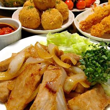 通常は、薄めのお肉で作る生姜焼きを、厚切り肉で楽しむのもいいですね。こちらは、塩麹を使ったまろやかなうまみの生姜焼き。食べ応えのあるメイン料理になります。