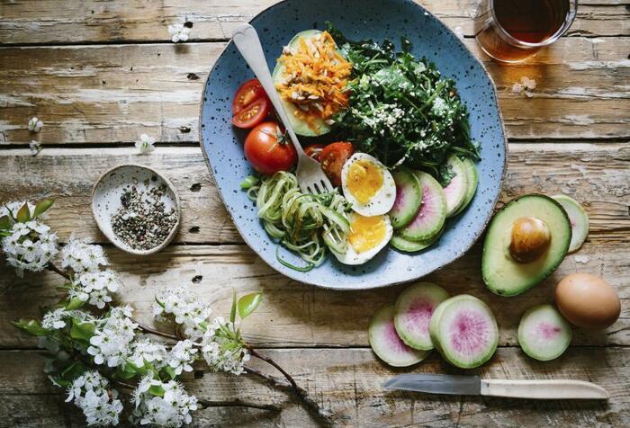 その上で、美肌作りに役立つ食材を積極的に食べましょう。美肌と言えば、ビタミン!野菜やフルーツに多く含まれています。食事で補うのが難しいときは、サプリメントを利用してみるのもいいでしょう。