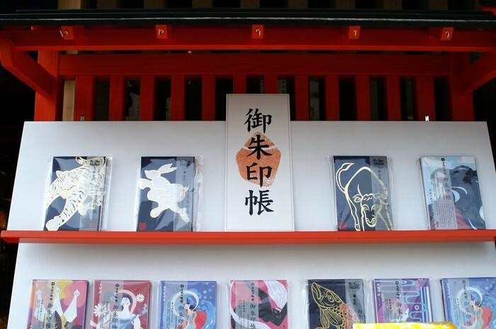 神社やお寺では、そこでしか手に入らないオリジナルの御朱印帳を買うことができるのがメリットです。期間限定の貴重なデザインの御朱印帳があるところも。どちらかといえば渋いデザインのものが多いので、かわいくて今時のデザインが好みの人は、お気に入りが見つからない可能性があります。