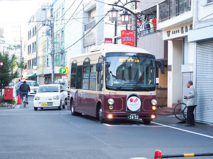千駄木は電車・バスともに交通の便がよく、東京駅や池袋駅まで20分以内の距離。近くにある日暮里駅では5つの路線を利用できるので、どこへ行くにも利便性の高い場所です。東京駅にアクセスしやすいので、仕事柄出張が多いような人にもおすすめの街です。