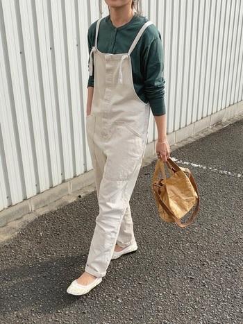 ボーイッシュなイメージのオーバーオールスタイル。肩紐が細めのデザインを選んだ位、足元をスニーカーではなくチャイナシューズにすることで、大人っぽい雰囲気になりますね。
