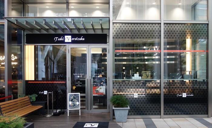 スイーツ界を代表するパティシエ鎧塚氏が手がける「Toshi Yoroizuka Mid Town(トシ ヨロイヅカ)」は、スイーツ女子にとって憧れのお店。テイクアウトはもちろん、東京ミッドタウンにあるラグジュアリーな空間でピスタチオスイーツがいただけます。