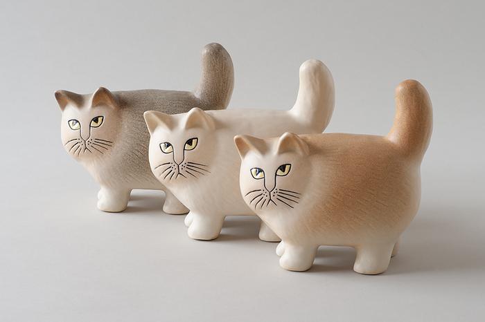 リサ・ラーソンの猫オブジェ「MOA(モア)」。ピンと伸びたしっぽと媚びない表情、丸みのあるコロンとしたシルエットが愛らしく、猫好きさんたちの心をわし掴み♪陶器なのに温もりが感じられるのは、職人が一つひとつ手で仕上げているから。細かなディテールに2つとして同じものがないのが魅力です。