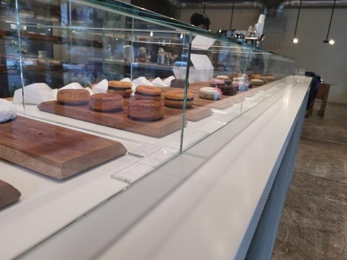 すべてお店で手作りしているドーナツは、常時10種類以上。ガラスケースに並んだドーナツは、個性豊かなものばかり。