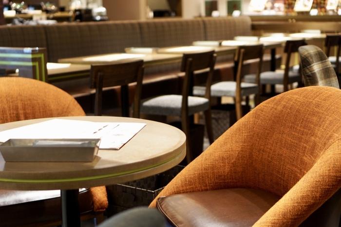 ダークブラウンで統一された店内は、大人の雰囲気。夜カフェやデートにもおすすめです。